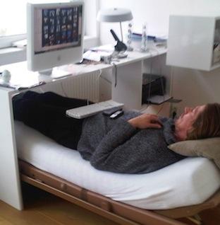 Michiel Oosterhoff ruikt aan de massage-olie